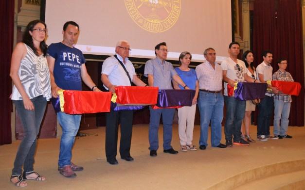 Foto de grupo con los restos, ya recogidos de Teófilo Gordillo, Pedro Blanco, Miguel Carretero, Roque González y Pedro Medina.
