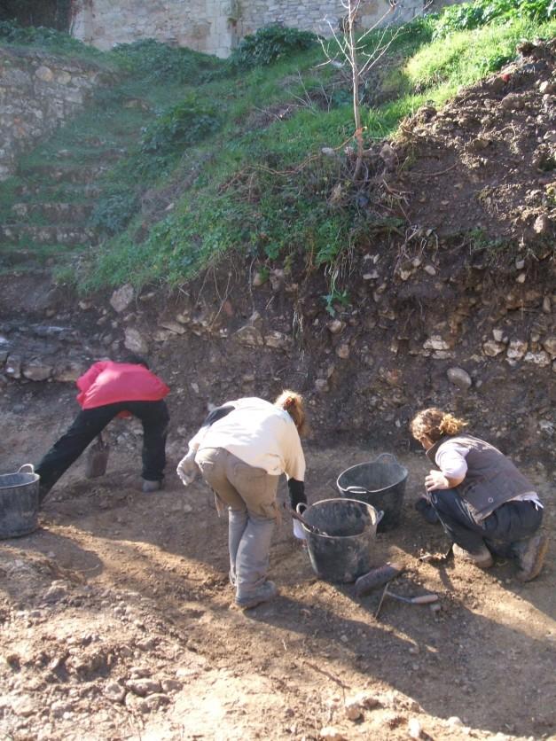 Antropólogos trabajando en la exhumación.
