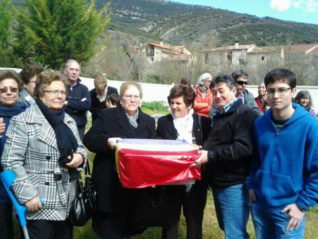 Recogiendo los restos del tío Manuel en Valdenoceda, para llevarle a Membrilla (Ciudad Real)