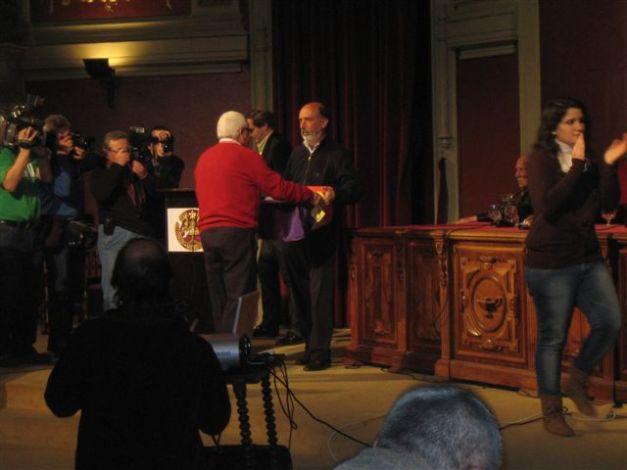 Julián de la Morena, recibiendo los restos de su abuelo de manos del forense Francisco Etxeberría