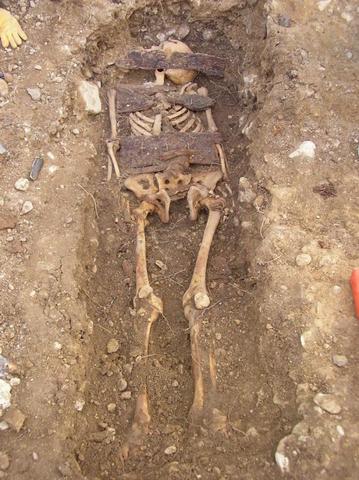 Restos de un preso en la exhumación de Valdenoceda