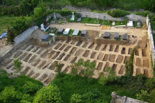 En la foto se aprecia la parcela y la zona en la que están los enterramientos nuevos. Debajo de uno de ellos se encuentran parcialmente los restos de David Ruiz, 73 años después de su muerte