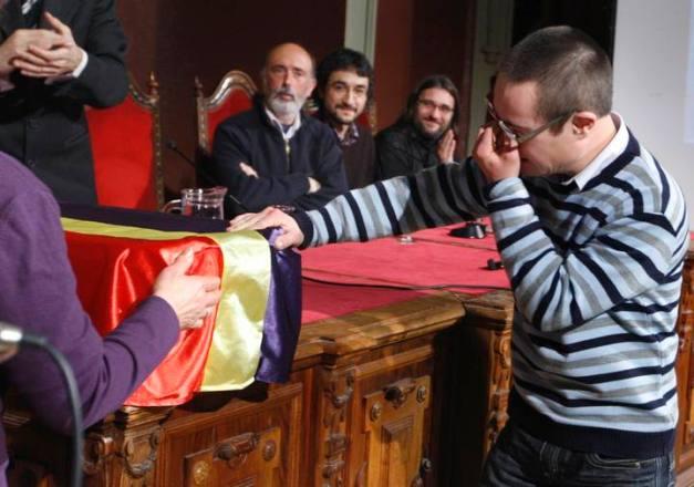 Un nieto, emocionado ante los restos de su abuelo