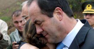 Bono,consolando a un familiar de un militar muerto en el accidente del Yak-42
