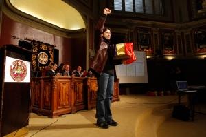 Eric Fernández Quintanilla, en el momento de recoger los restos de su abuelo, el 6 de marzo de 2010, en Madrid