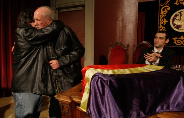 Pepe González, presidente de nuestra Agrupación, se abraza a Isaac Arenal, superviviente de Valdenoceda, el día que Isaac le hizo entrega de los restos de su abuelo.