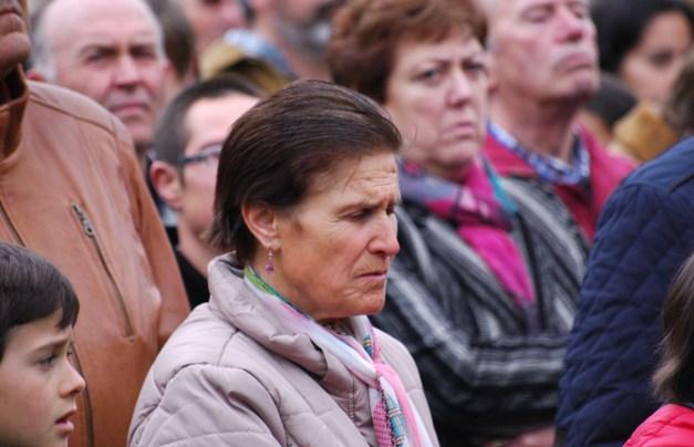 Ana, la nieta de Bernabé Ruiz, al que ya recuperó en 2010. Viene desde Jaén cada año. Antes cogía 5 autobuses para llegar a Valdenoceda. Esta vez tuvo más suerte y la pudieron traer
