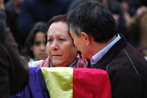 Juana, emocionada, con los restos de su abuelo. Pepe, junto a ella. Foto. José L. Sempere