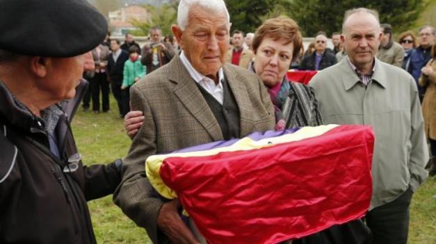 Rafael Bellido recoge los restos de su tío Vicente