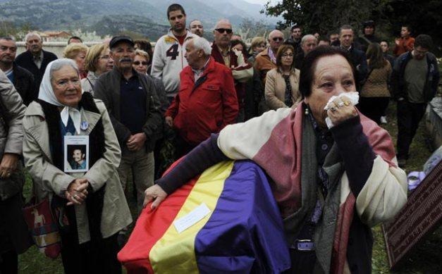 Juana recoge los restos de su abuelo, Pedro Blanco Cobo. No pudo ni hablar de la emoción