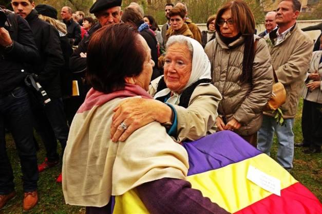 El abrazo. Esta foto ilustra bien el acto. Nora Morales, madre de un desaparecido en Argentina, abraza a Juana, nieta de un preso muerto en Valdenoceda, exhumado e identificado.