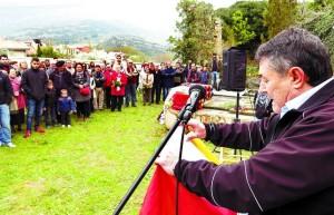 Pepe González se dirige a  los asistentes, amigos y familias reunidos el 12 de abril en Valdenoceda
