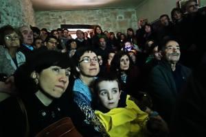 El salón parroquial, lleno a rebosar para escuchar a Luis Ríos y Jimi Jiménez, responsables de la exhumación y las identificaciones