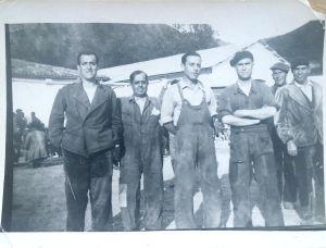 Francisco Hervás, con los brazos cruzados. En el reverso de la foto hay dos nombres: Urbano García del Castillo y Fernando Regueiro García.