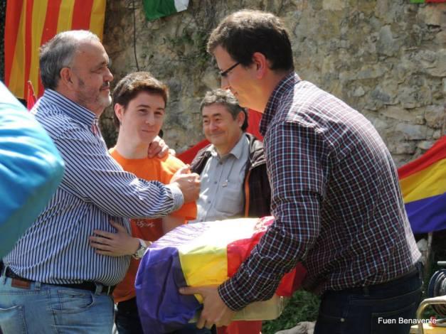 La familia de Antonio Berenguer recoge sus restos, de manos de Markel González, bisnieto de un represaliado muerto en Valdenoceda. Foto: Fuen Benavente