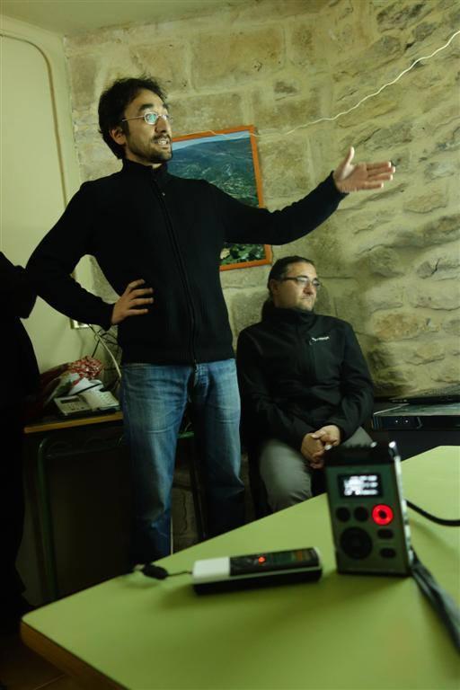 Luis y Jimi explican. Foto: Jokin Garmilla