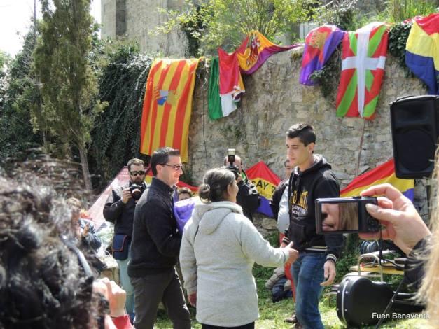 Diego, nieto de Ernesto, entrega los restos de Celedonio Molina a su nieta y su bisnieto. La hija de Celedonio murió hace dos semanas. Foto: Fuen Benavente