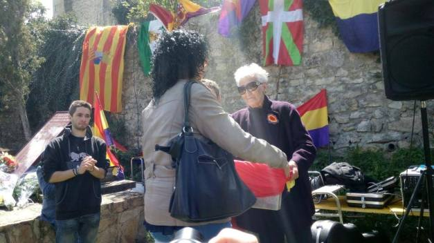 Hilda Farfante entrega los restos de Adolfo Pérez a su familia. Foto: Diego