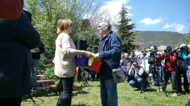 Paloma, nieta de un represaliado muerto en Valdenoceda, entrega los restos de Bonifacio García Alcalde