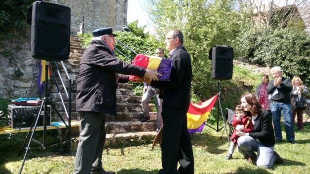 Fausto Canales entrega los restos de Gonzalo Muñoz Torres.  Foto: Diego