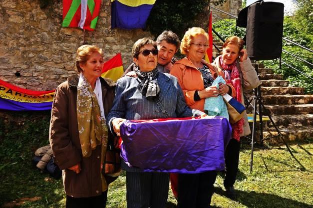La familia de Nicasio Urbina recoge sus restos. Foto: Jokin Garmilla