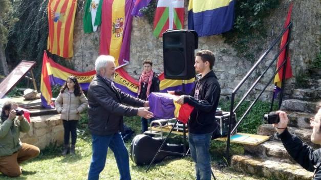 Carlos, nieto de Ernesto, superviviente en Valdenoceda, entrega los restos de Vicente Tercilla