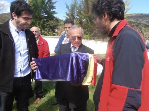 Juan recoge los restos de su abuelo Agustín. Ya están enterrados en su pueblo. Foto: Anabel Lapuente