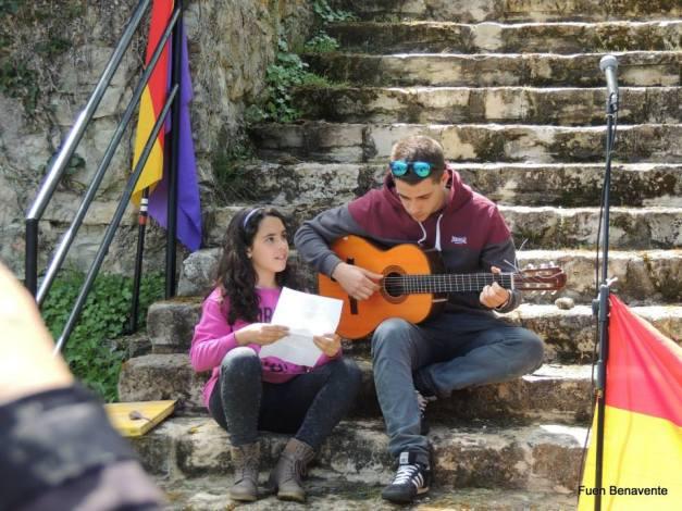 Pablo y Lucía cierran el acto, con la canción 'Huesos'. Foto: Fuen Benavente