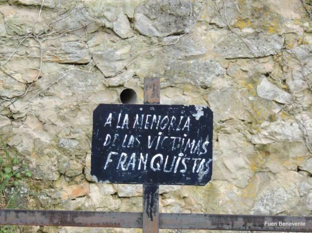 La primera placa que pusimos en Valdenoceda, hace más de 25 años.