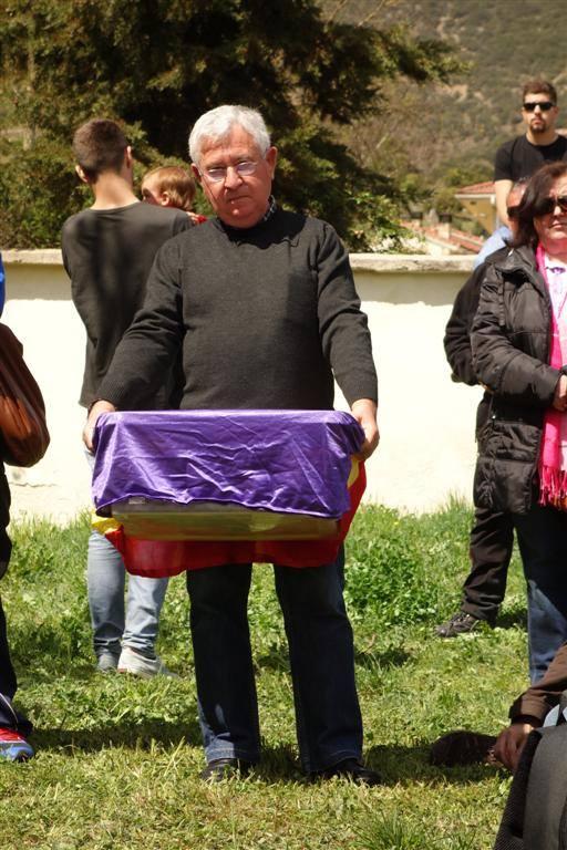 Vicent Beltrán, nieto de un represalado muerto en Valdenoceda, con los restos de Felipe. Foto: Jokin Garmilla
